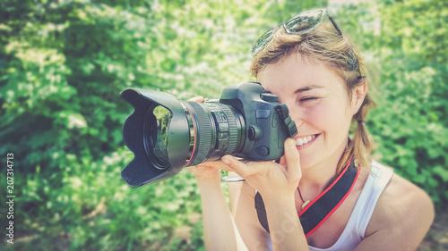 Leinwanddruck Bild Junges Mädchen mit Profi-Kamera, lächelnd, Fotografin