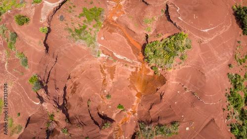 Foto Murales vue aérienne d'un gouffre de terre rouge
