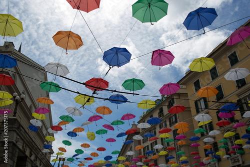 Aluminium Liguria Vie della città di Genova con ombrelli