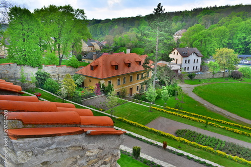 Aluminium Groene Small village surrounded by green forest & mountains