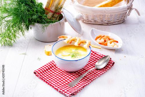 zupa szparagowa w stylu rustykalnym ze skośnym krewetkowym i diel