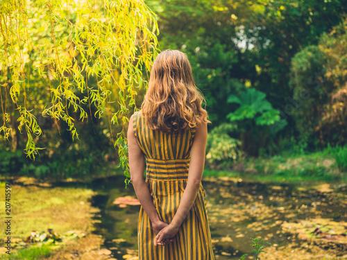 Kobieta w sukni przez staw