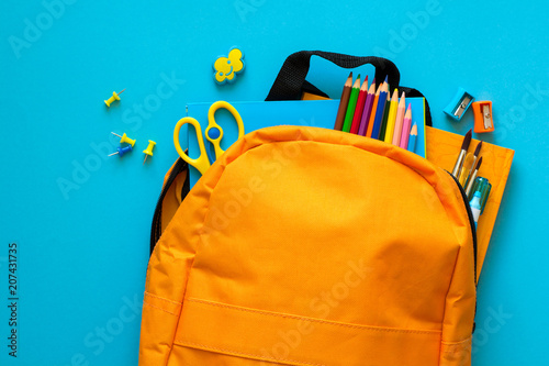 Powrót do koncepcji szkoły. Plecak z przyborów szkolnych. Widok z góry. Skopiuj miejsce