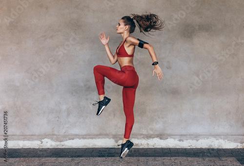 Sportsmenka, skoki i rozciąganie