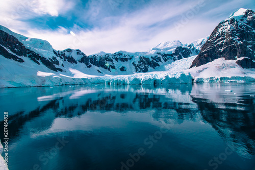 Aluminium Groen blauw Glacier carved snow capped mountains in Antarctica.