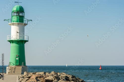 Canvas Pier Grün weißer Leuchtturm an der Hafeneinfahrt in Warnemünde
