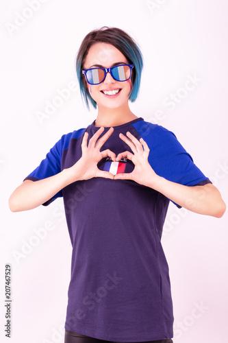 Fotobehang Voetbal Portrait d'une jeune supportrice de l'équipe de France de football portant des lunettes tricolore