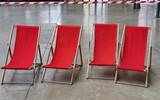 Chaises longues rouges et ruban de chantier - 207502186