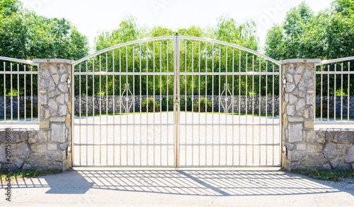 Chromowana brama ogrodzeniowa. Chrom Płot ze stali nierdzewnej na kamiennej ścianie