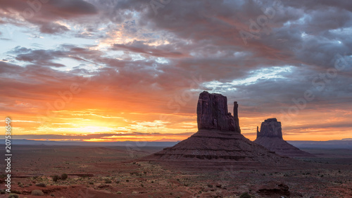 Fotobehang Arizona Sunrise at iconic Monument Valley, Arizona - Utah, USA