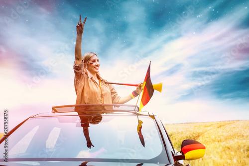 Leinwanddruck Bild Fussballfan in der Natur mit Auto stylisch