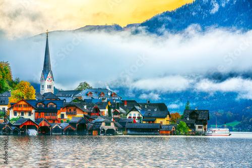 Leinwanddruck Bild Scenic view of famous Hallstatt mountain village with Hallstatter lake. Foggy autumn sunrise on Hallstatt lake