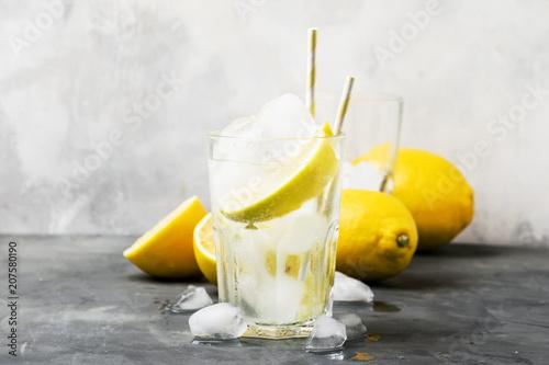 Lato koktajl z sodą, szary tło, selekcyjna ostrość