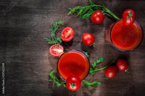 Aluminium Sap Tomato juice on dark wooden background