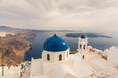 Impresionante vista de las iglesias  con las cupolas azules in Santorini, Grecia