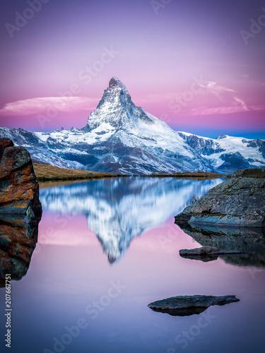 Matterhorn und Stellisee bei Zermatt in der Schweiz