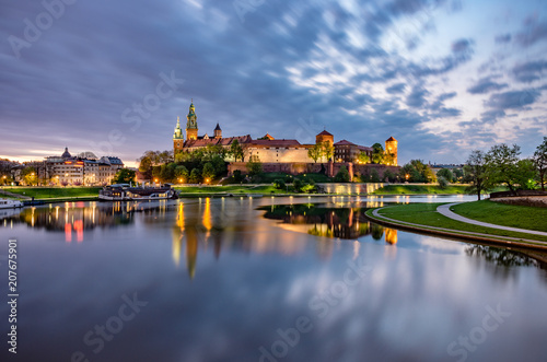 Canvas Krakau Wawel Castle in Krakow, Poland, seen from the Vistula boulevards in the morning