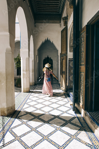 Aluminium Marokko Caucasic girl with long dress and hat at Bay Palace
