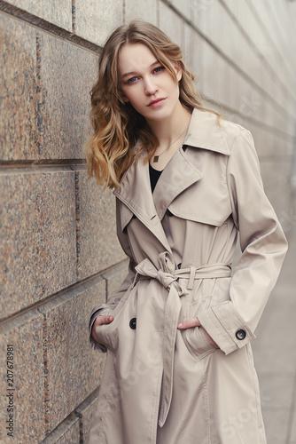 Leinwanddruck Bild girl over urban background