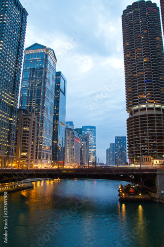 Fotobehang Chicago The Chicago River in the evening during the Blue Hour with plenty of city lights.