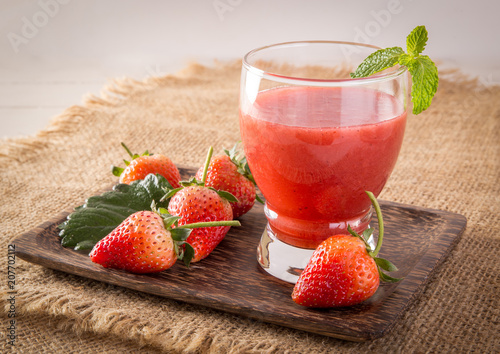 Aluminium Sap Strawberry cold pressed juice in glass, Healthy raw vegetable and fruit drink for detox.