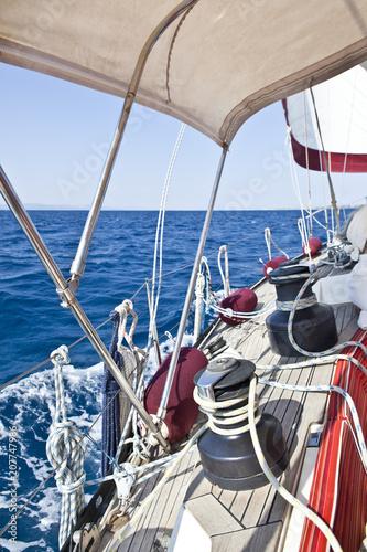 Aluminium Zeilen Barca a vela in navigazione.