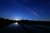 天の川が消え月が昇る棚田