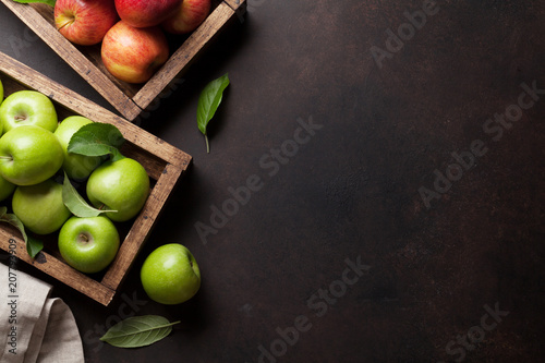 Leinwanddruck Bild Green and red apples in wooden box
