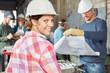 Junge Frau als Lehrling in Metallbau Betrieb - 207794122