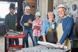 Handwerker und Metallarbeiter als Team - 207794120