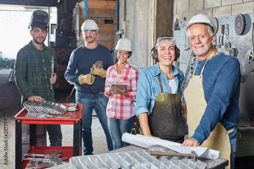 Leinwanddruck Bild Handwerker und Metallarbeiter als Team