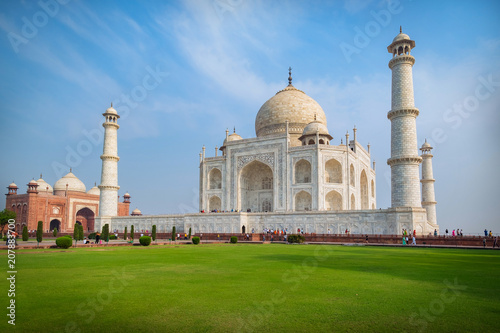 Foto Murales Taj Mahal on a sunny day. An ivory-white marble mausoleum on the south bank of the Yamuna river in Agra, Uttar Pradesh, India. One of the seven wonders of the world.
