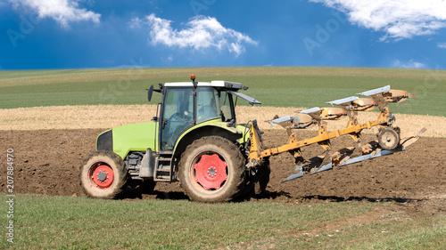 Fotobehang Trekker tracteur agricole en action avec charrue sur le champ