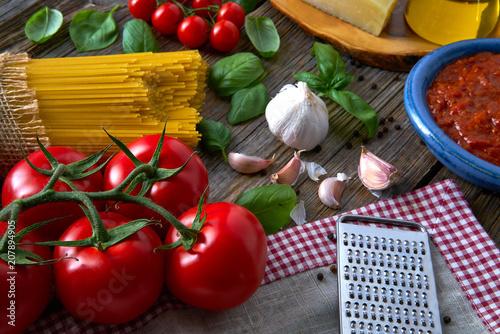 Leinwanddruck Bild Italian Spaghetti pasta cheese tomato garlic basil