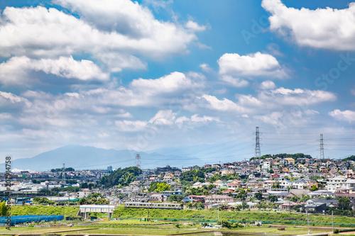 Fototapeta 郊外の住宅街を走るローカル線