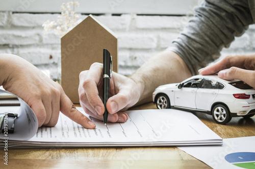 Podpis polisy ubezpieczeniowej. Dokumenty ubezpieczenia właścicieli domów.