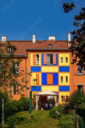 Fotobehang Berlijn Die bunte Fassadengestaltung ist typisch für die in den 1910er Jahren gebaute Gartenstadt Berlin-Falkenberg (
