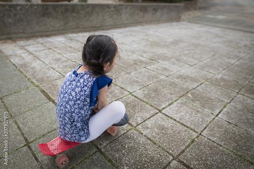 Fotobehang Skateboard スケートボードで遊ぶ女の子