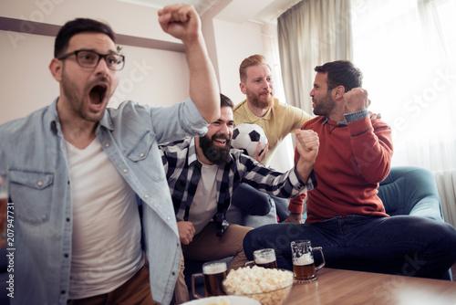 Aluminium Voetbal Group of friends watching TV match