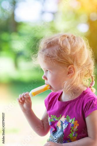 mała dziewczynka, ciesząc się lodem