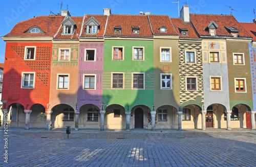 Kolorowe domy na głównym placu w Poznaniu
