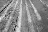 ombres et lumières sur plateau de vieille table d'extérieur en bois, noir et blanc  - 208052989