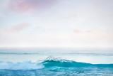 Malerisches Meer mit brechender Welle - 208059148