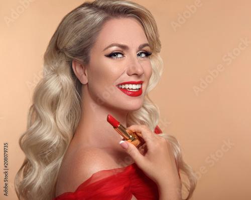 Uroda Makijaż Czerwone Usta I Uśmiech Fasonuje Splendor Portret