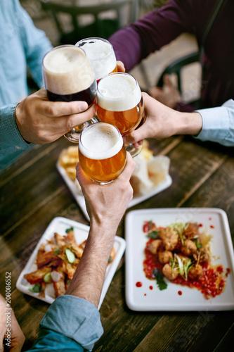 Foto Murales Drinking Beer. Friends Raising Glasses Of Beer