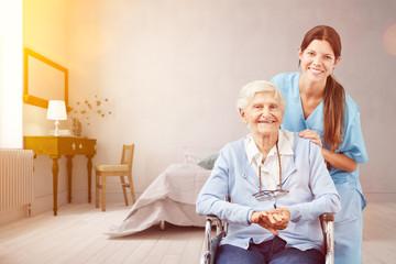 Seniorin mit Altenpflegerin als Pflegedienst Konzept © Robert Kneschke