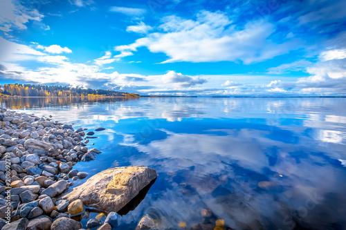 Jesień jezioro wiew od Jeziornego Oulu. Kajaani, Finlandia.