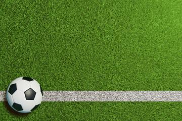 Fußball auf Linie im grünen Rasen