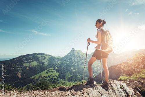 Zdrowy pasujący młoda kobieta wycieczkowicz na halnym szczycie