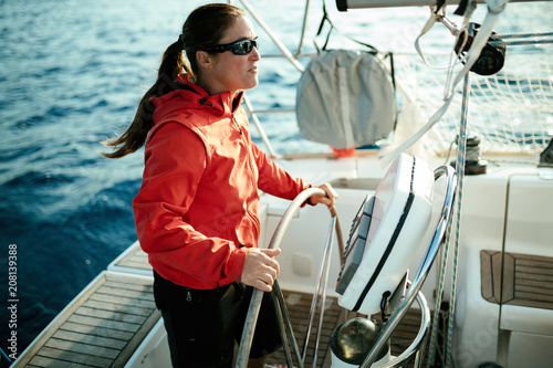 Aluminium Zeilen Attractive strong woman sailing with her boat